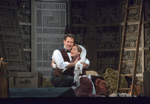 Ildar Abdrazakov (Figaro), Marlis Petersen (Susanna) Photo: Ken Howard/Met Opera