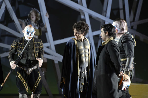 Gaëlle Arquez (Nerone) und Francisco Brito (Lucano), Ensemble © Monika Rittershaus