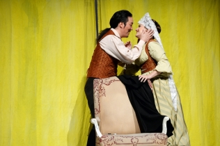 Kihwan Sim (Figaro) and Louise Alder (Susanna). © Barbara Aumüller